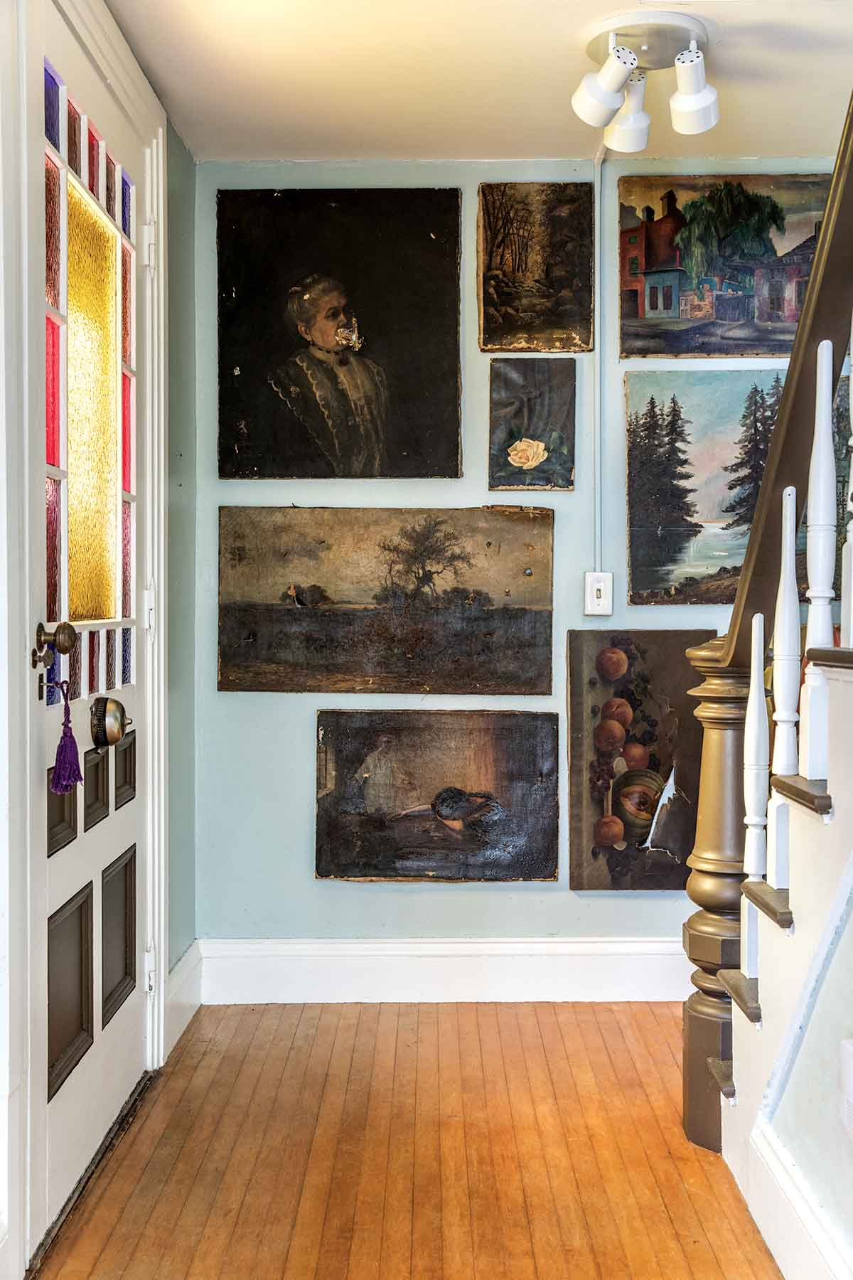 A side-entry gallery of early-20th-century oil paintings.